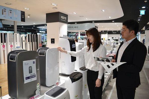 소비자가 서울 시내 전자랜드 매장에서 제습기를 둘러보고 있다.ⓒ전자랜드