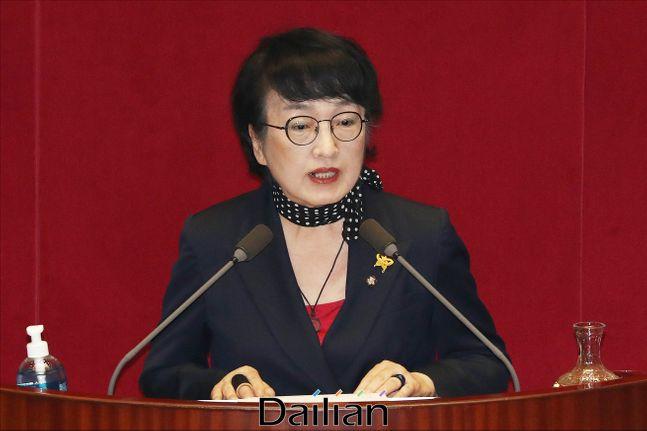 김진애 열린민주당 원내대표가 4일 오후 국회 본회의에서 부동산 후속 입법에 대한 토론을 하고 있다. ⓒ데일리안 홍금표 기자