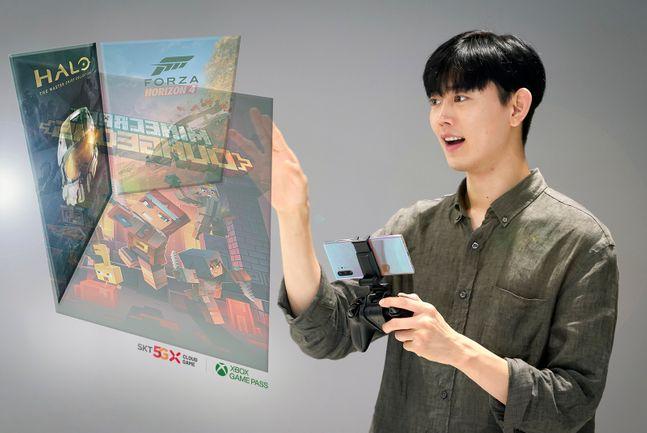 SK텔레콤 홍보모델이 T월드 매장에서 엑스박스 클라우드 게임을 즐기고 있다.ⓒSK텔레콤