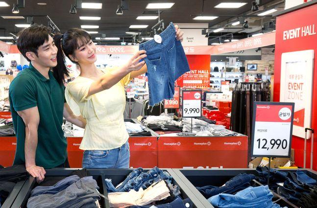 모델들이 5일 서울 등촌동 홈플러스 강서점에서 '클리어런스' 창고대개방 기획전 시즌오프 행사 상품을 살펴보고 있다.ⓒ홈플러스