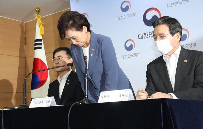 김현미 국토교통부 장관이 지난 6월 17일 오전 서울 종로구 정부서울청사에서 주택시장 과열요인 관리방안 발표를 하기 전 인사를 하고 있다. ⓒ데일리안 류영주 기자