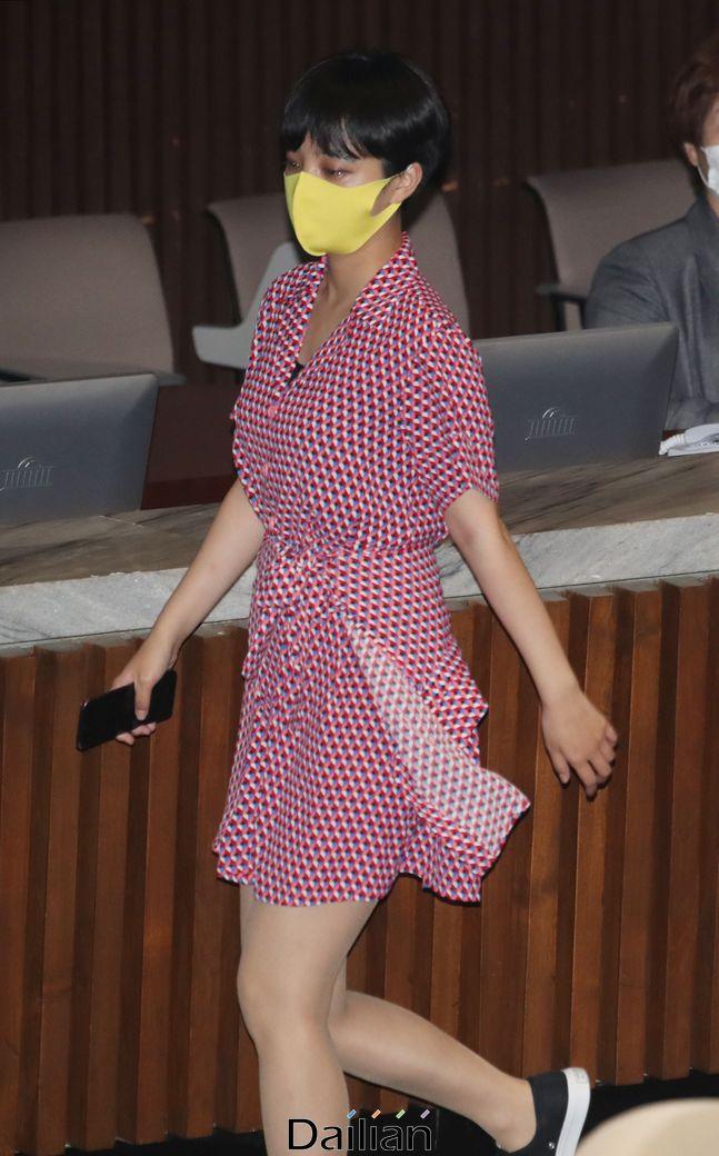 류호정 정의당 의원이 4일 서울 여의도 국회에서 열린 본회의에서 회의장을 나가고 있다.ⓒ뉴시스