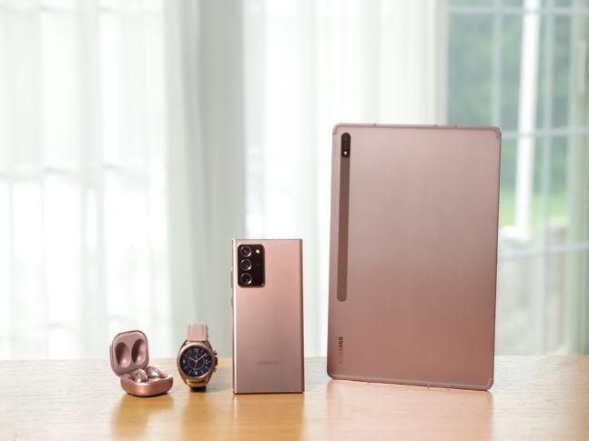 사진 왼쪽부터 삼성전자 무선이어폰 '갤럭시 버즈 라이브', 스마트워치 '갤럭시워치3', 태블릿 '갤럭시탭S7' 미스틱 브론즈 색상 모델.ⓒ삼성전자