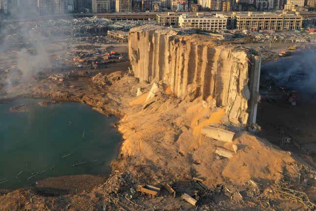 5일(현지시간) 레바논 수도 베이루트 항구에서 발생한 대폭발로 잔해만 남은 창고를 드론으로 촬영한 모습. ⓒAP/뉴시스