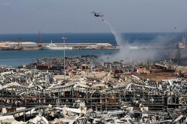 5일(현지시간) 레바논 베이루트 항구 대규모 폭발 현장에서 레바논군 헬기 한 대가 물을 뿌리고 있다. ⓒAP/뉴시스