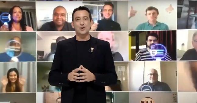 페데리코 카살레뇨 무선사업부 경험기획팀 전무가 지난 5일 열린 갤럭시 언팩 2020에서 환영사를 진행하는 가운데 약 300명의 전 세계 갤럭시 팬들이 화상을 통해 호응하는 모습. 삼성전자 유튜브 캡처