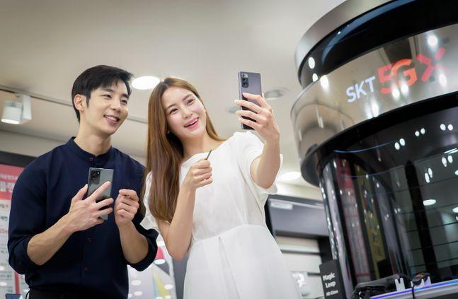 SK텔레콤 모델이 삼성전자 스마트폰 '갤럭시노트20'을 소개하고 있다.ⓒSK텔레콤