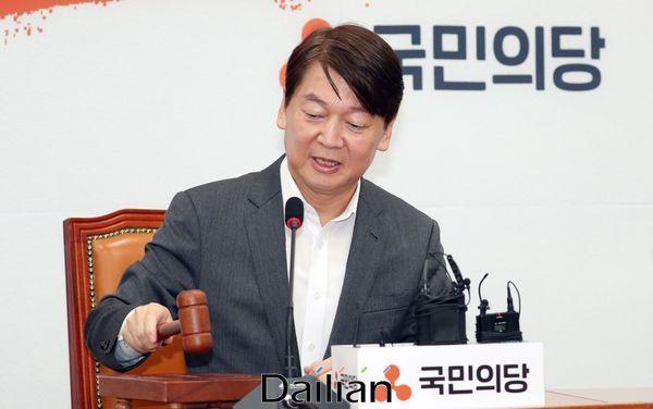 안철수 국민의당 대표가 6일 오전 국회에서 열린 최고위원회의에서 의사봉을 두드리고 있다. ⓒ데일리안 박항구 기자