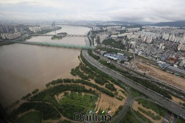 수도권 일대에 내린 집중호우로 한강 수위가 높아진 가운데 서울 여의도 63빌딩 전망대에서 바라본 올림픽대로 양 방면이 통제돼 텅 비어 있다(자료사진). ⓒ데일리안 류영주 기자