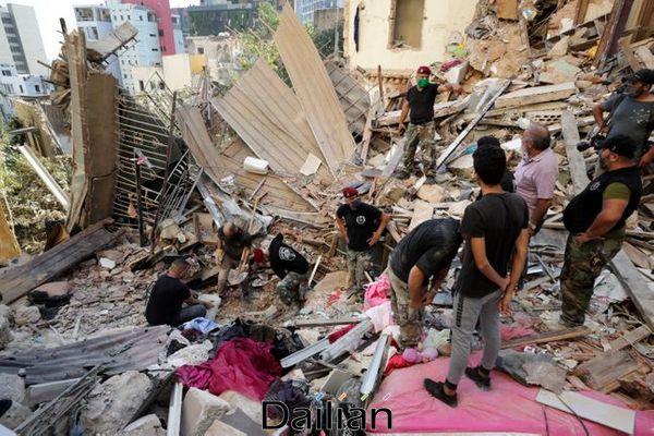 5일(현지시각) 레바논 베이루트 항구 대규모 폭발 현장에서 레바논 군인들이 생존자 수색 작업을 벌이고 있다. ⓒAP/뉴시스