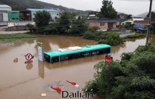 6일 경기도 파주시 파평면 율곡리 율곡습지공원 앞 마을 도로에 시내버스가 침수되어 물에 잠겨 있다. 침수당시 승객 5명은은 출동한 구조대원들에 의해 무사히 구조됐다. ⓒ데일리안 박항구 기자