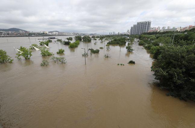 집중호우로 팔당댐과 소양강댐 방류량이 늘면서 한강의 수위가 크게 높아졌다. ⓒ뉴시스