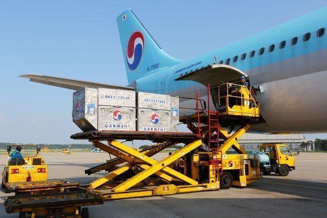 여객기를 화물기로 변경해 화물 적재 작업 중인 대한항공 A330 .ⓒ대한항공