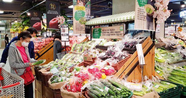 서울의 한 롯데마트에서 소비자들이 신선식품을 고르고 있다.ⓒ롯데쇼핑