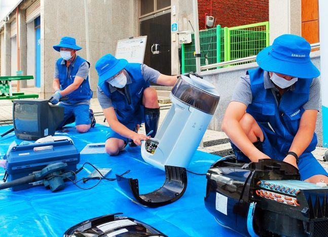삼성전자서비스 직원들이 집중호우로 피해를 입은 경기도 연천군을 찾아 침수 제품 세척과 무상점검 등 특별 서비스를 하고 있다.ⓒ삼성전자