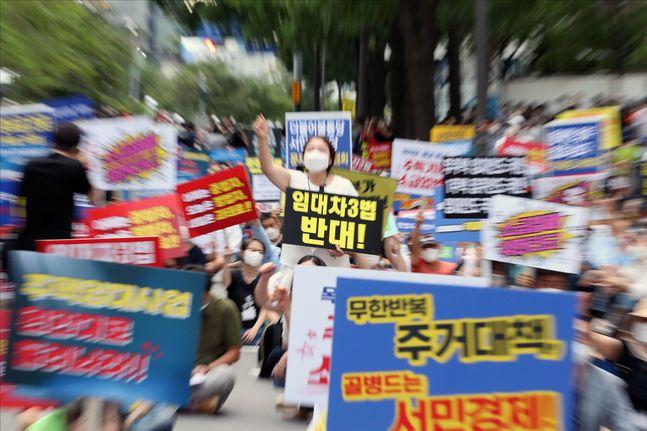 지난달 25일 오후 서울 중구 예금보험공사 앞에서 문재인 정부의 부동산 정책을 규탄하며 열린 조세 저항 촛불집회에서 참석자들이 피켓을 들며 구호를 외치고 있다. ⓒ데일리안 홍금표 기자