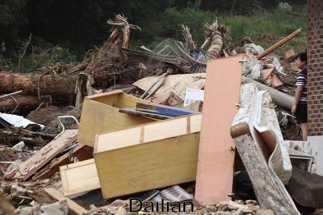 지난 5일 경기도 안성시 죽산면 장원리 남산마을에 집중호우로 인한 산사태 피해로 토사와 나무 잔해가 쌓여 있다. ⓒ데일리안 홍금표 기자
