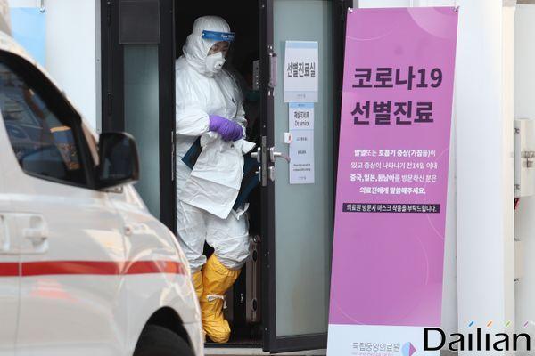 방호복을 갖춰 입은 의료진이 선별진료소에서 나오고 있는 모습(자료사진). ⓒ데일리안 류영주 기자