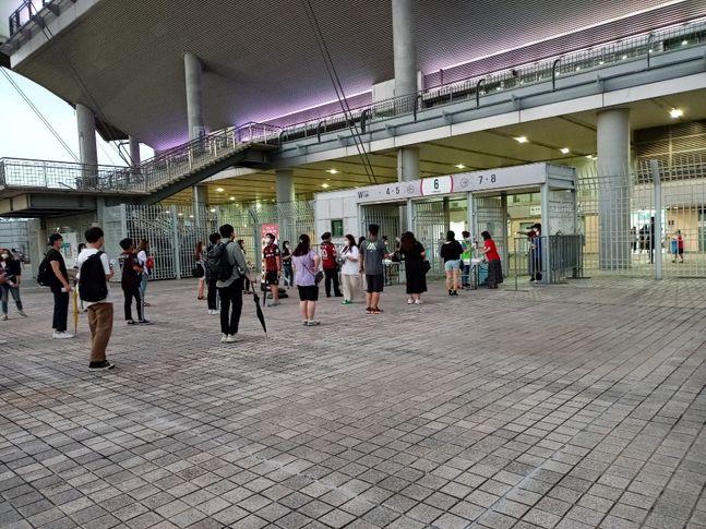 간격에 맞춰 경기장에 입장하고 있는 관중들. ⓒ 데일리안 김평호 기자
