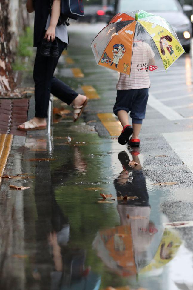 장맛비가 내리는 지난달 29일 오후 서울 양천구의 한 거리에 우산을 쓴 시민들이 발걸음을 옮기고 있다. ⓒ데일리안 류영주 기자
