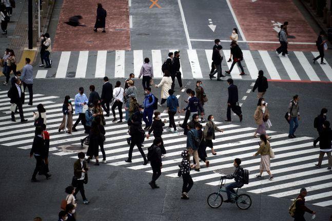 일본 도쿄에서 마스크를 쓴 시민들이 횡단보도를 건너고 있다.ⓒAP/뉴시스