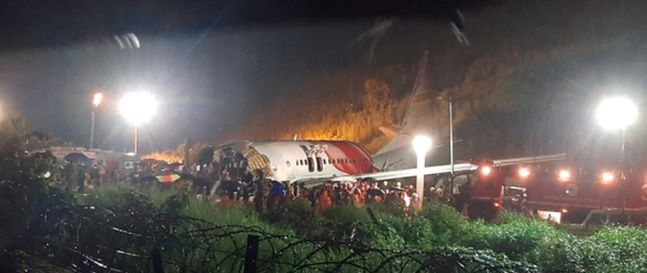 7일(현지시간) 인도 케랄라주 캘리컷 국제공항에서 에어인디아 익스프레스 여객기가 착륙하려다 사고를 당했다.ⓒAP/뉴시스