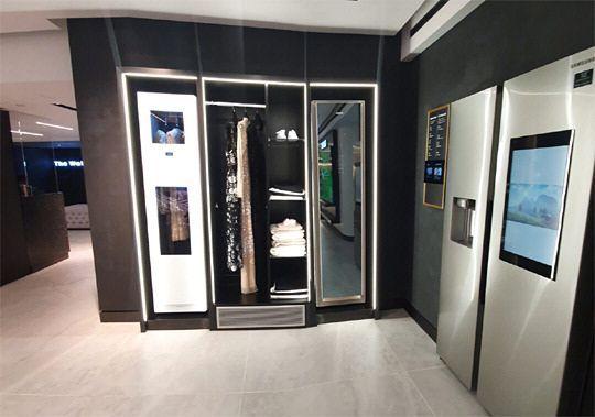 삼성전자가 영국에 처음 출시한 의류관리기 '에어드레서'가 런던 해로드백화점 프리미엄 가전 매장에 전시돼 있다.ⓒ삼성전자