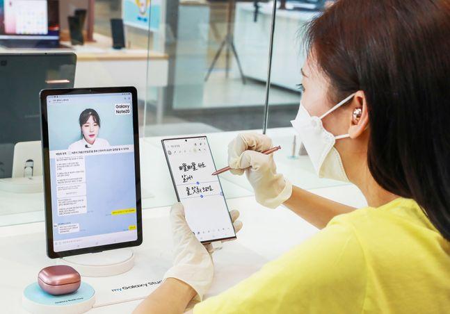 삼성전자가 지난 8일 오픈한 서울 영등포 타임스퀘어 '갤럭시노트20 스튜디오'에서 한 방문객이 제품을 사용해보고 있다.ⓒ삼성전자