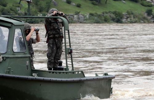 강원 춘천시 북한강변에서 군 장병이 의암호 전복 선박 실종자 수색을 하고 있다. ⓒ연합뉴스