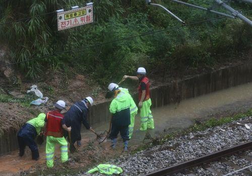 집중호우로 전라선 운행이 중단된 8일 한국철도(코레일) 관계자들이 침수된 동산∼전주 구간 선로를 보수하고 있다.ⓒ연합뉴스