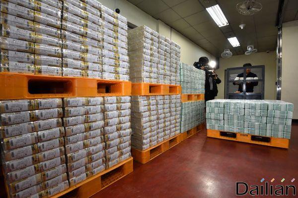 1월 20일 서울 강남구 한국은행 강남본부에서 관계자들이 시중 은행에 공급할 설 명절자금을 방출하고 있다.ⓒ데일리안 류영주 기자