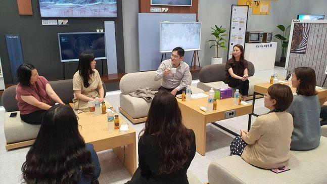 이재용 삼성전자 부회장이 지난 6일 경기도 삼성전자 수원사업장을 찾아 일과 육아를 병행하고 있는 여성 임직원들과 대화를 나누고 있다.ⓒ삼성전자