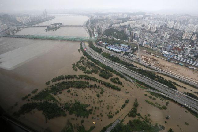 지난 6일 오후 서울 여의도 63스퀘어에서 바라본 올림픽대로와 노들길이 물에 잠겨 통제되고 있다. ⓒ데일리안 류영주 기자