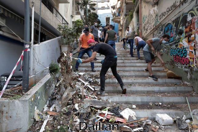 5일(현지시간) 레바논 베이루트에서 대규모 폭발 참사가 일어난 후 시민들이 잔해를 치우고 있다(자료사진). ⓒAP/뉴시스