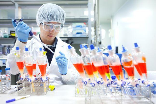 SK바이오사이언스 연구원이 백신 생산을 위한 연구를 진행하고 있다.(자료사진) ⓒSK바이오사이언스