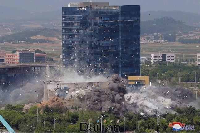 개성 남북공동연락사무소가 폭파되는 모습(자료사진). ⓒ 조선중앙통신