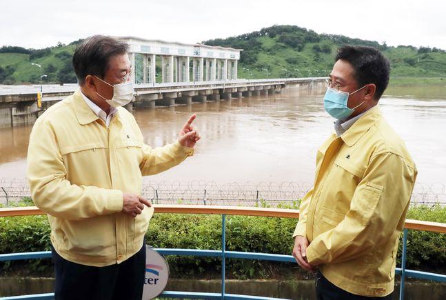 문재인 대통령이 지난 6일 오후 경기 연천군 군남 홍수조절댐을 찾아 댐 관계자와 운영 및 조치상황에 대해 대화하고 있다. ⓒ뉴시스
