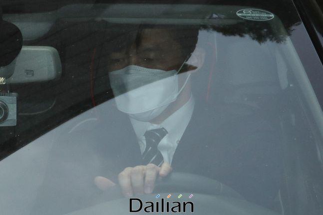 가족 비리와 감찰 무마 의혹 사건 등으로 기소된 조국 전 법무부 장관이 지난 6월 5일 서울 서초구 서울중앙지방법원에서 열린 속행공판에 출석한 후 법원을 나서고 있다. ⓒ데일리안 류영주 기자