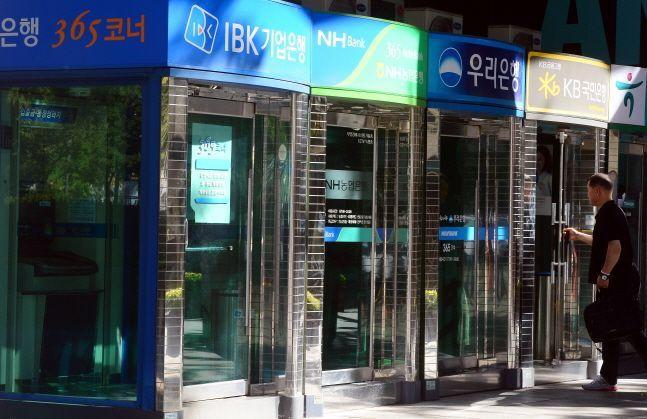 한국은행이 금융당국과 함께 은행 자동화기기(ATM)를 효율적으로 활용하기 위한 대안 마련에 나서기로 했다.ⓒ뉴시스