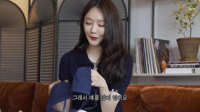 가수 강민경은 자신이 운영하는 유튜브 채널에서 협찬받은 제품을 평소 사용하는 일상복으로 소개해 뭇매를 맞았다.ⓒ유튜브 캡처