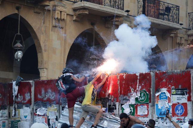 10일(현지시각) 레바논 베이루트에서 베이루트 폭발 참사에 분노한 시위대가 반정부 시위를 벌이며 시위 진압 경찰을 향해 불꽃을 사용하고 있다. ⓒAP/뉴시스