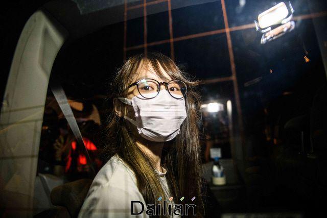 홍콩 민주화 운동 주역으로 평가받는 아그네스 차우가 10일(현지시각) 홍콩 국가보안법 위반 혐의로 체포된 모습(자료사진). ⓒAFP/연합뉴스