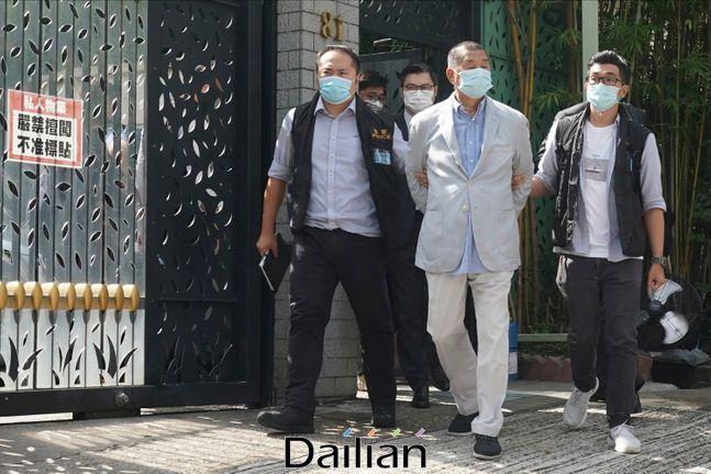 반중 성향의 홍콩 언론재벌 지미 라이(가운데)가 10일(현지시각) 홍콩 자택에서 보안법 위반혐의로 체포되고 있다. ⓒAP/뉴시스