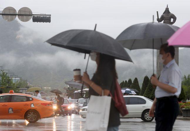 장맛비가 이어지고 있는 11일 서울 종로구 광화문광장에서 시민들이 우산을 쓰고 출근하고 있다.ⓒ뉴시스