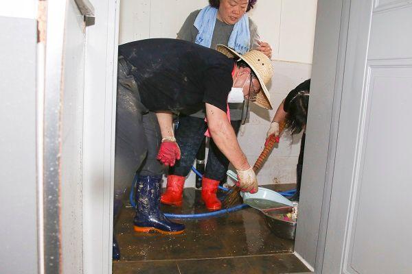 홍수 피해가 심했던 전남 구례를 찾아 수해 복구 봉사활동을 펼치고 있는 주호영 미래통합당 원내대표 ⓒ미래통합당 제공