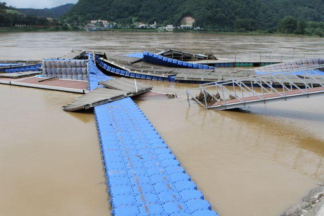 지루한 장마가 소강상태를 보인 11일 오후 강원 화천군 하남면 거례리 레포트타운 인근 북한강변에 폭우로 유실된 폰툰다리 시설물들이 방치돼 있다.ⓒ뉴시스