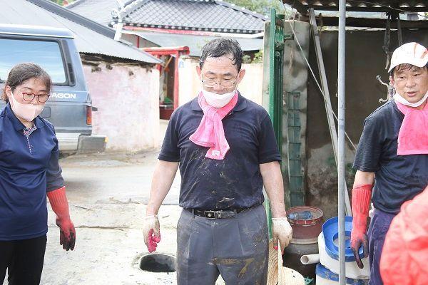 주호영 미래통합당 원내대표를 비롯한 소속 의원·보좌진·당원들이 11일 전남 구례를 찾아 수해 복구 활동에 나섰다. ⓒ미래통합당 제공