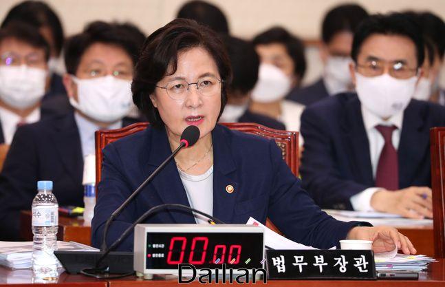 국회 법사위에 출석해 의원들의 질의에 답하고 있는 추미애 법무부장관(자료사진) ⓒ데일리안 박항구 기자