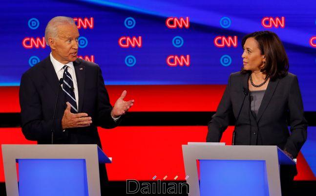 지난 2019년 7월 31일 미시간주 디트로이트에서 열린 민주당 대선 경선 후보 토론회 당시의 조 바이든 전 부통령(왼쪽)과 카멀라 해리스 상원의원(자료사진). ⓒAP/뉴시스