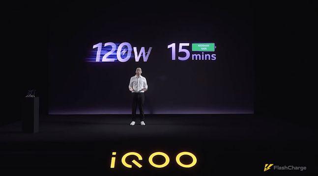 비보 서브 브랜드 iQOO 관계자가 120W 고속충전에 대해 설명하고 있다. 더버지 홈페이지 캡처